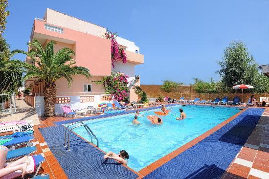 Primavera Beach Studios & Apartments: Pool area