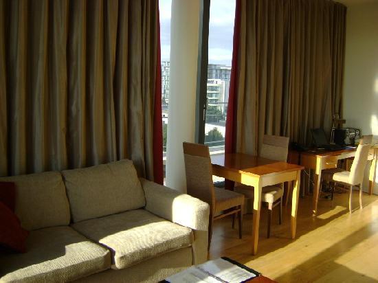 PREMIER SUITES Dublin Sandyford: Living Area