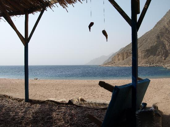 Hike Dahab: overlooking the Blue Lagoon, waiting for lunch