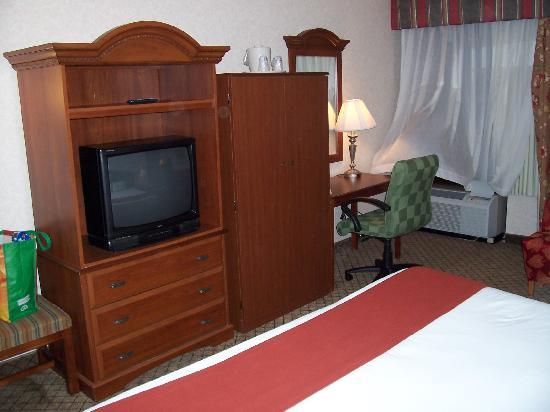 Holiday Inn Express Flint: TV and Desk Area