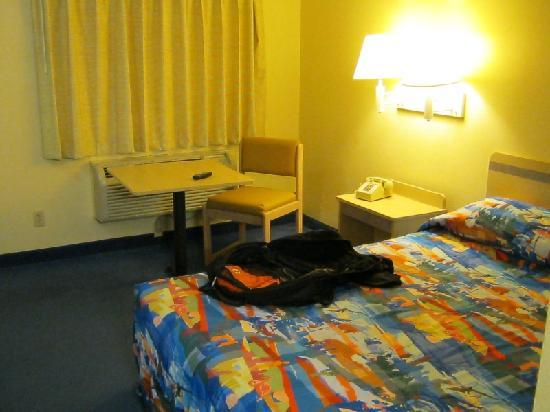 Motel 6 Elkton: New carpet, drapes, furniture.