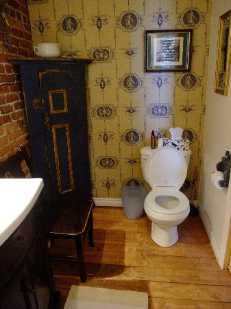 Asseline de Ronval : Shared bathroom