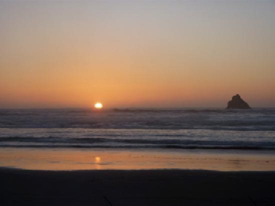 Ocean Point Inn & Spa: Sunset on the beach