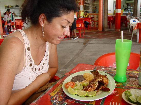 El Cid La Ceiba Beach Hotel: Erika Sahadi admiring her selection of food