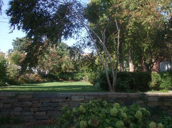 Alexandria, VA: a garden on the walk