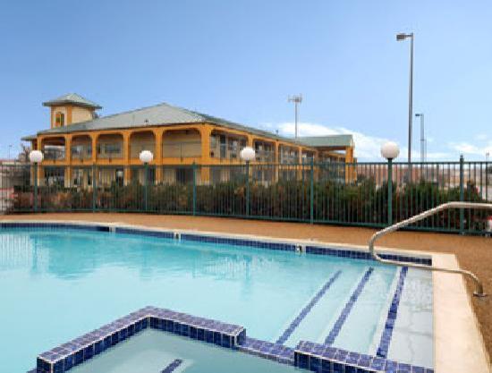Super 8 Grand Prairie Southwest: pool area
