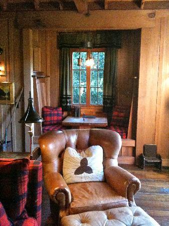 Manka's Inverness Lodge: Living Room & Dining Nook