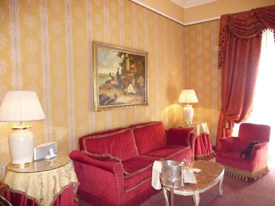 Brufani Palace Hotel: Gorgeous sitting area with comfy sofa.