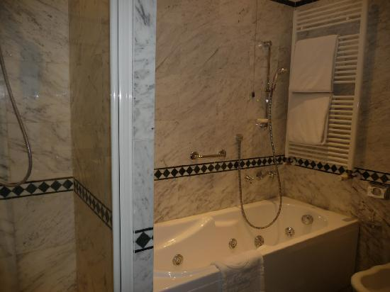 Brufani Palace Hotel: Marbled bathroom with jacuzzi & shower.