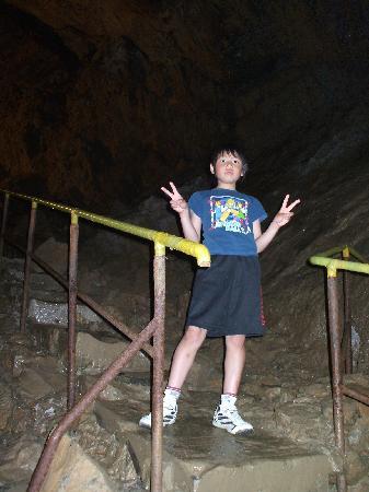 Kawachi Wind Cave: 照明が届かないくらい広い洞内