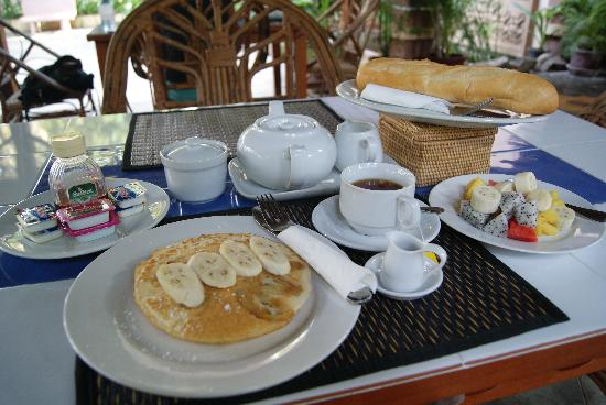 River Village Manor: Fantastic banana pancakes, just one of the many items on the breakfast menu