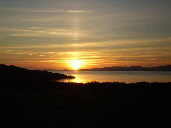 Isle of Gigha, UK: Sunset over Islay from Gigha
