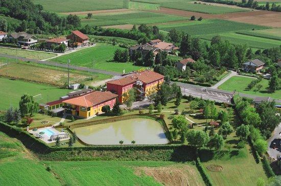 Hotel Ristorante Lo Scoiattolo: Vista aerea della nostra struttura e del non nostro ampio parco