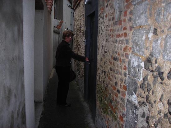 Auberge de la Grenouillere: Door in alleyway