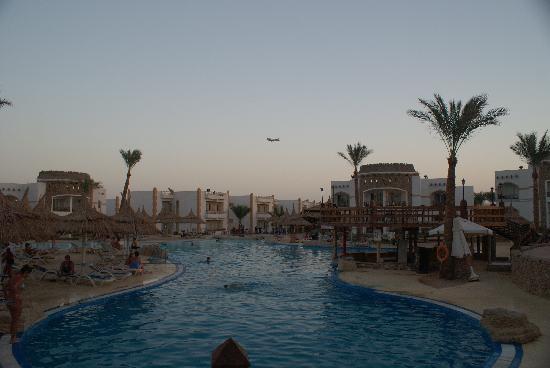 Gardenia Plaza Resort: planes over resort