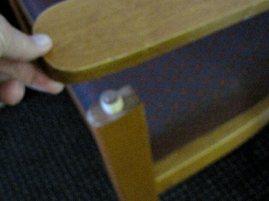 BEST WESTERN Ridgeland Inn: Chair coming apart