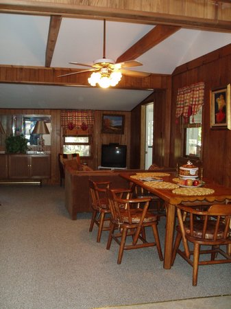 Helen Morrell Guest Cottages: Dining area