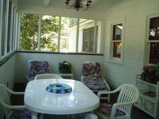 Helen Morrell Guest Cottages: Screened in porch