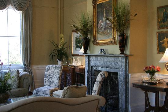 Camden House Bed & Breakfast: Enjoy Wine or Tea in one of the Parlors