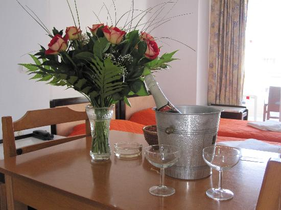 Hotel Christina: Champagne and flowers on arrival