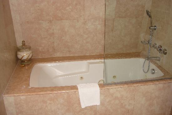 Hotel Albergo: bathroom