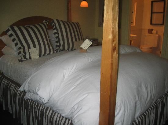 Forestville, CA: Nice Linens, Comfy Bed
