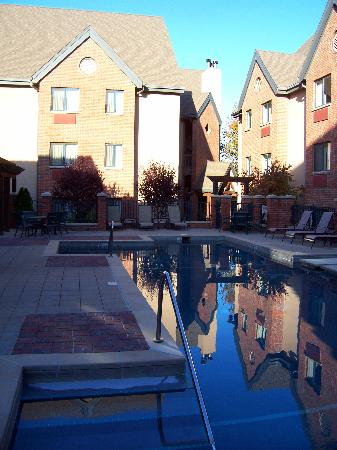 Hawthorn Suites by Wyndham Overland Park: Clean, beautiful pool