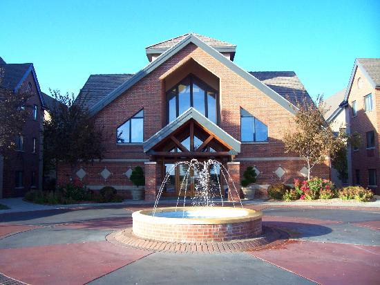 Hawthorn Suites by Wyndham Overland Park: Main clubhouse building with lovely fountain