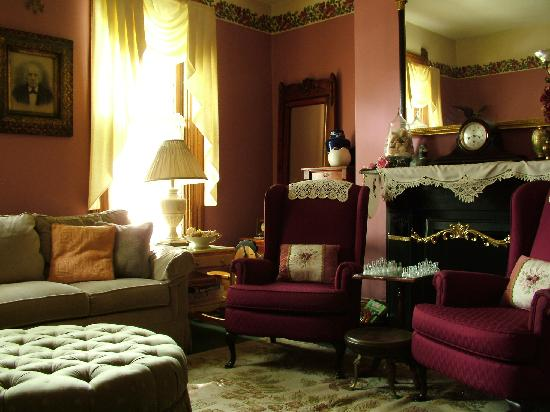 Harrison House Bed & Breakfast: Parlor