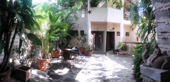 Hotel Casa Blanca: Back Patio