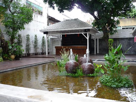 Feung Nakorn Balcony Rooms & Cafe: Fish pond in the bar area