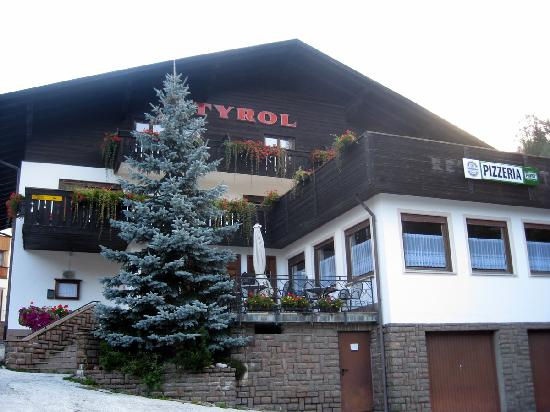 Hotel Tyrol: Front of hotel