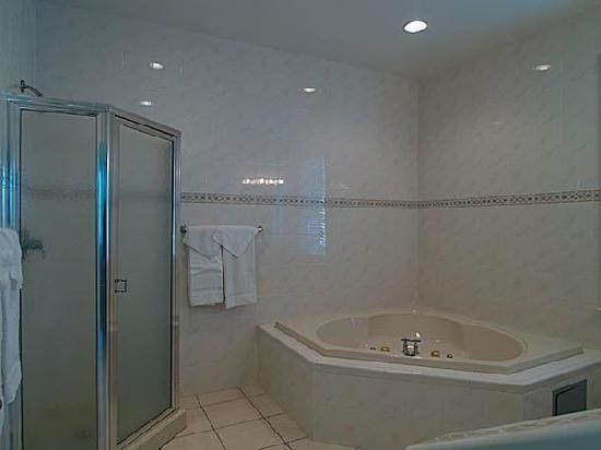 Bayview Inn & Restaurant: Cottage bath