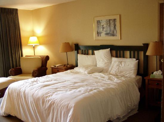 Riverside Inn: king sized bed