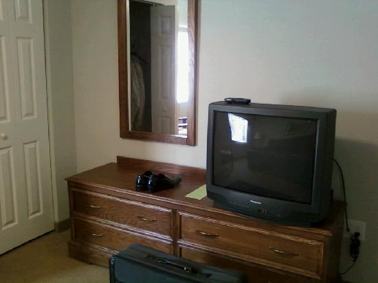 Affordable Suites of America, Greenville: tv in bedroom