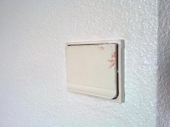Kyriad Cannes Ouest - Mandelieu: L'interrupteur de la salle de bain...