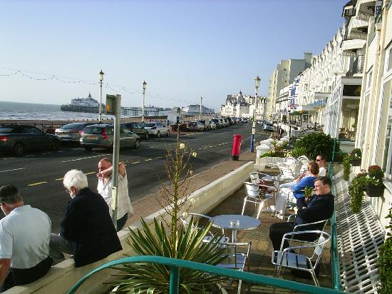 Bay Majestic Eastbourne Hotel: view from front of hotel towards the pier