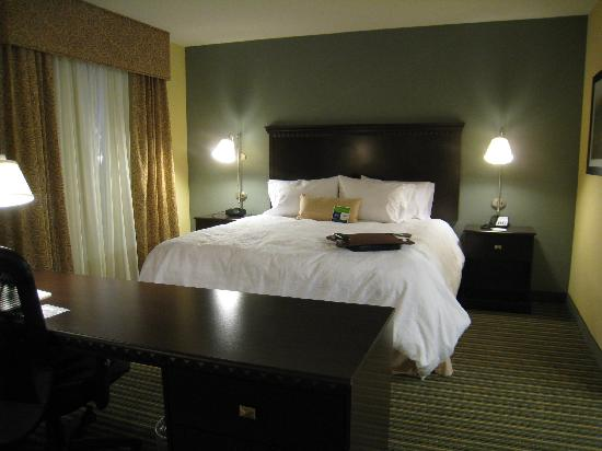 Hampton Inn & Suites Mahwah: View of the bed area