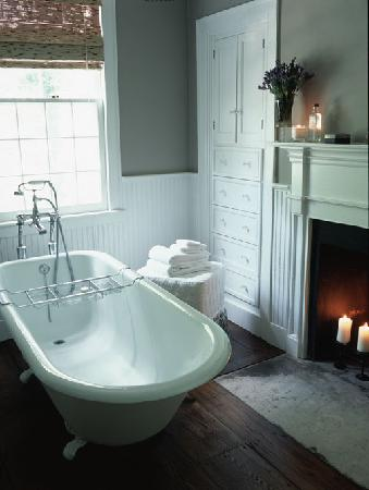 Inn at Kent Falls: the lakes suite bathtub