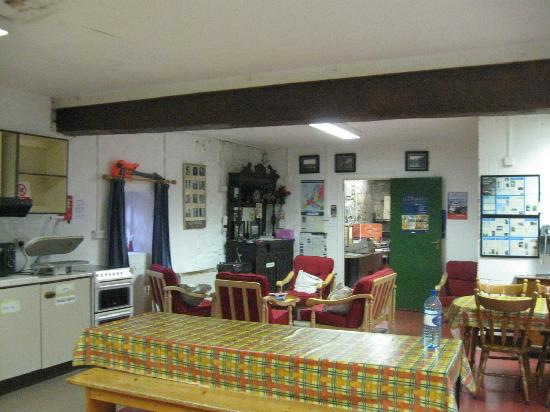 Old Mill Holiday Hostel: Common area. More kitchen space behind where I was standing. Lots of room, made a couple nice me