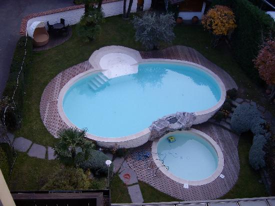 Hotel Muehlbacherhof: Vista dal terrazzo sulla piscina