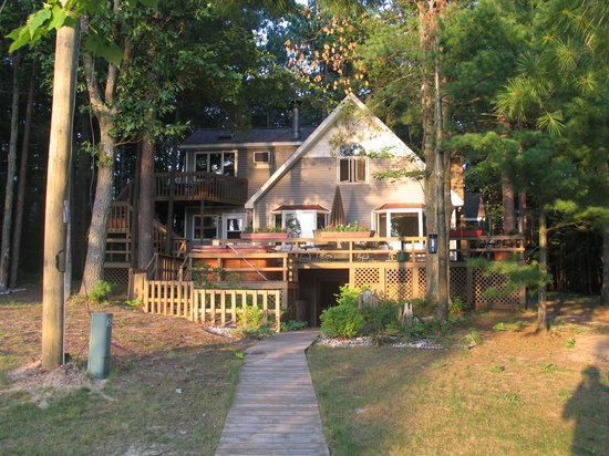 Lake 'N Pines Lodge: House from lake