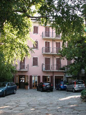 Albergo Ristorante Meridiana: Hotelgebäude vom Parkplatz aus fotografiert