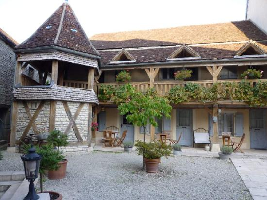 Hôtel Auberge de la Beursaudière : Courtyard view 2