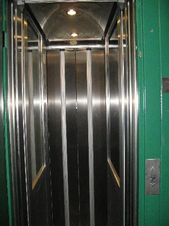 Hostal Pacios: The tiny elevator