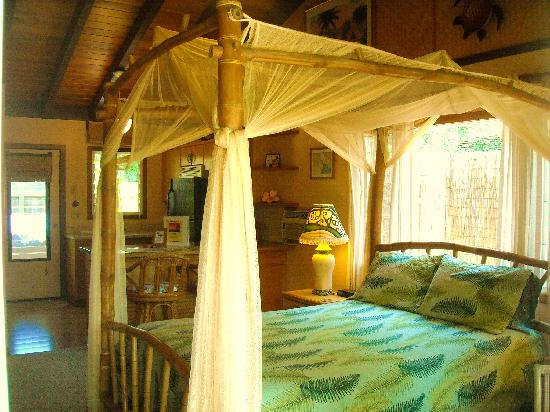 Kauai Cove: Queen Bamboo Canopy Bed