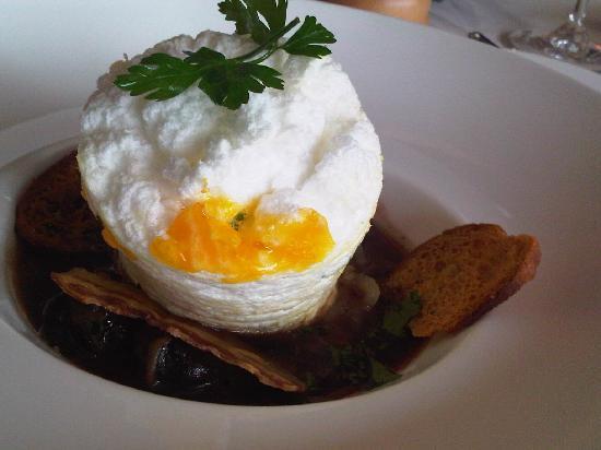 Aupres du Clocher : « Œuf de poule à  la  neige » en meurette  d'escargots  de  Bourgogne
