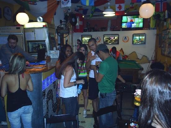 Brothers Hostel: Parte da galera curtindo no bar do Brothers