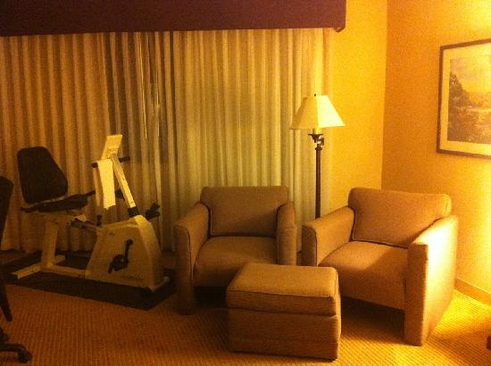 Sheraton Imperial Hotel and Convention Center: Sitting area with excercise equipment