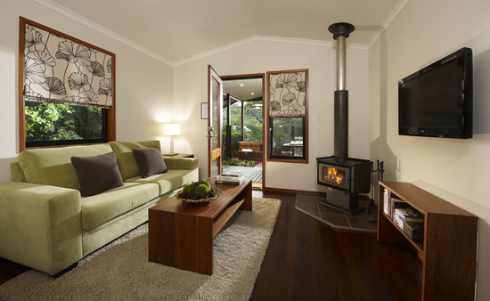 Spicers Tamarind Retreat: 1 Bedroom Spa Villa Lounge with wood burning fireplace